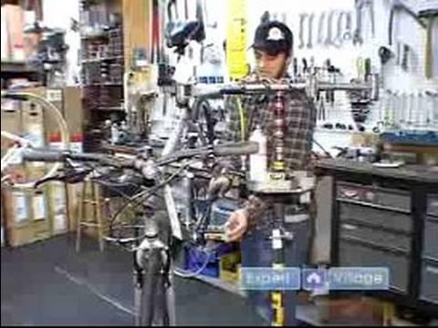 Bisiklet Tamir Edileceğini: Pedalların Üzerinde Bir Bisiklet Kaldırma
