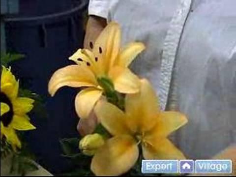 Nasıl Bir Düğün Çiçek Centerpiece Yapmak: Bir Düğün Çiçek Centerpiece Yapmak İçin Zambak Ekleme