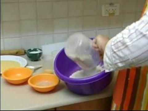 Nasıl Simit Ve İngilizce Muffins Yapmak: İngiliz Çöreği Hamur İçin Malzemeyi Karıştırın