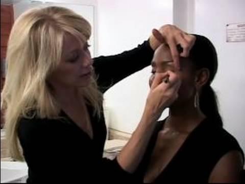 Renk Kadınlar İçin Makyaj İpuçları Düğün: Nasıl Senin Düğün Günü İçin Eyeliner Makyaj Uygulamak İçin