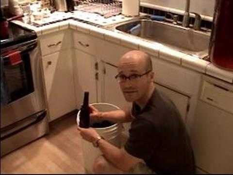 Ev Yapımı Porter Bira Tarifi : Ev İçin Hazırlanıyor Şişe Porter Bira Demlenmiş