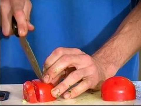 Kolay Çiğ Çorbası Tarifi : Domates Doğrayın