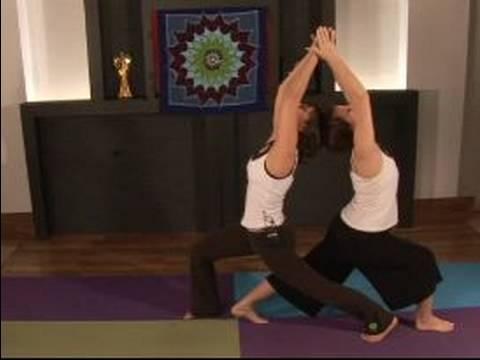 Partner Yoga Kılavuzu: Ayakta Piramit Diz Çökmüş Akciğer Partner Yoga Hamle