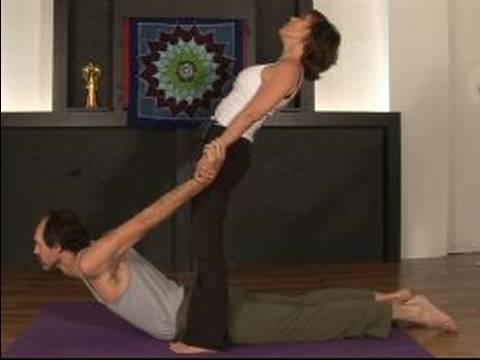 Partner Yoga Kılavuzu: Bhujangasana Köprü Cobra İle Poz Partner Yoga