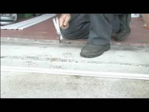Bir Garaj Kapı Dış Weatherstripping Kurulur: Çivi Weatherstripping İçin Ekleme