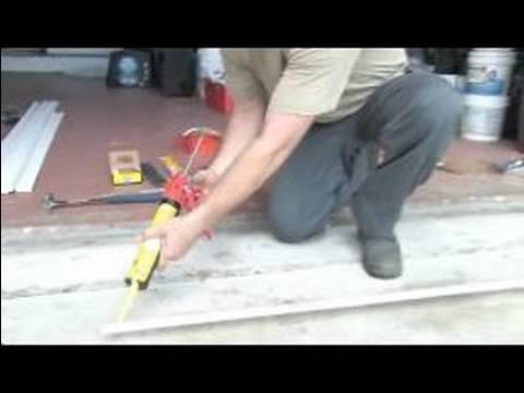 Bir Garaj Kapı Dış Weatherstripping Kurulur: Yapışkan Weatherstripping İçin Uygulama