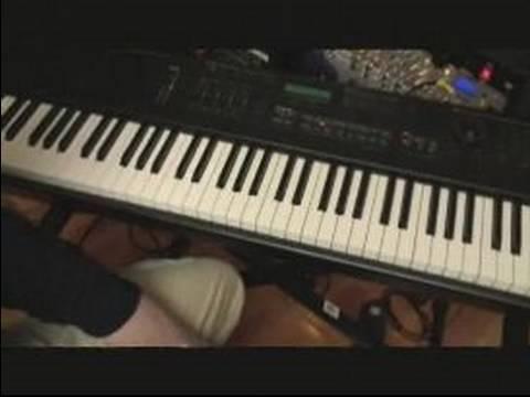 Gerginlik İle piyano Telleri : Piyano Üzerinde Asılı 4 Oyun