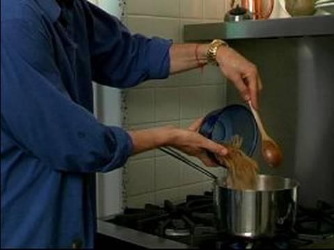 Pişirme Yunan Gıda: Nasıl Sarımsak Pesto Tarifini Yapmak