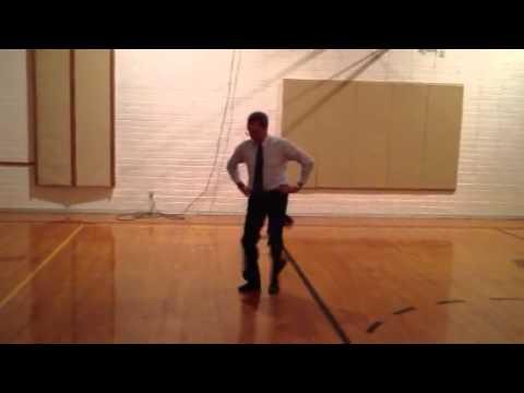 Yaşlı Adam Dans Edebilir: Komik Dans Eden Adamın Hayatta Kalmak İçin