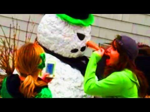 Sarhoş Kızlar Korkutucu Bir Kardan Adam İle Korkutuyor