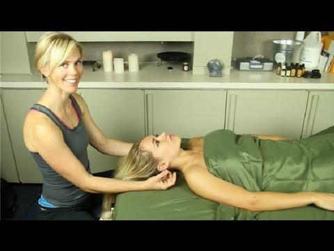 Jojoba Yağı Taze Bir Yüz Yara Üzerinde Masaj: Masaj Terapisi, Yağlar Ve Aromaterapi