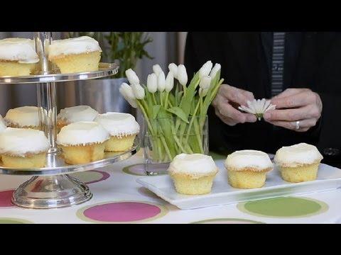 Nasıl Bir Cupcake Düğün Pastası Gerçek Çiçeklerle Süslemek İçin: Düğün Ve Özel Etkinlik Planlama