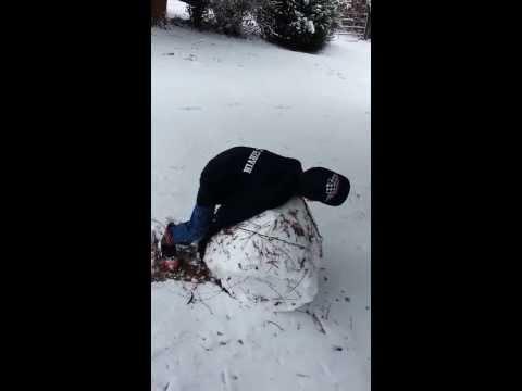 Seattle Kar 9 Şubat 2014: Kar Topu Yüz İntikam. Çocuk Büyük Kartopu Atmaya Çalışıyor